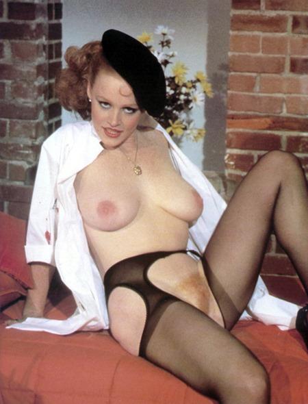 lisa-deleeuw-posing
